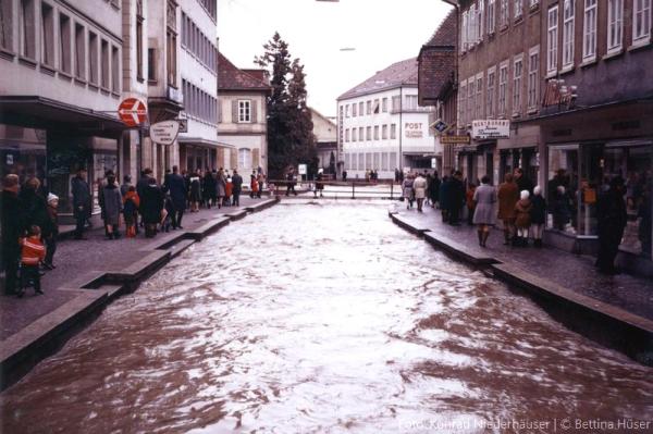 fliesst die Bahnhofstrasse hinunter (Quelle: Konrad Niederhäuser © Bettina Hüser 1970)