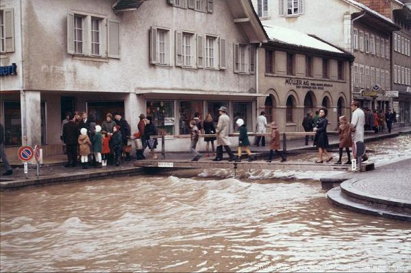 vor dem Ortsmuseum vorbei (Quelle: Konrad Niederhäuser © Bettina Hüser 1970)