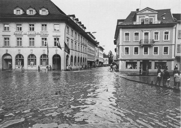 biegt vor dem Choufhüsi in die Bahnhofstrasse ein (Quelle Postkarte Fritz Kuert AG Langenthal 1975)