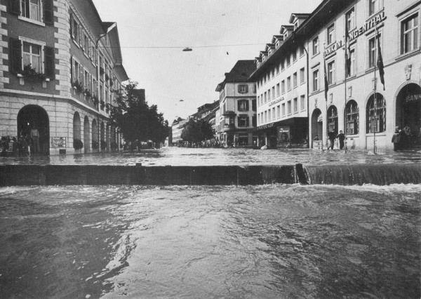 fliesst die ganze obere Marktgasse hinunter (Quelle Postkarte Fritz Kuert AG Langenthal 1975)