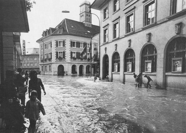 durchfliesst die Bahnhofstrasse (Quelle Postkarte Fritz Kuert AG Langenthal 1975)